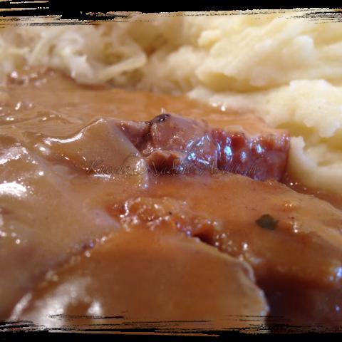Sauerkraut mit Püree und Rollbraten in einer Zwiebelsoße